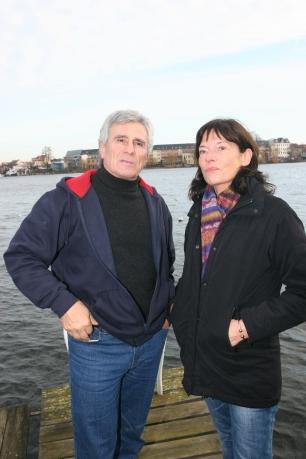 Gojko mit mir am Ufer seines Grundstücks. Foto: Boris Trenkel