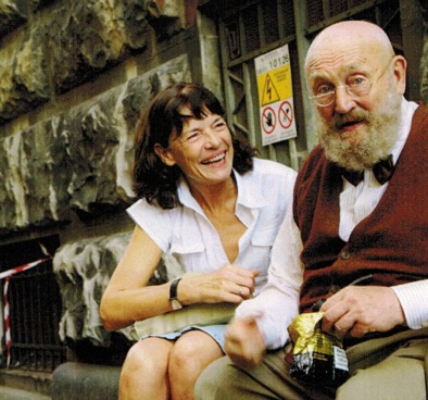 """die Autorin mit Rolf Hoppe als Dr. Galvano in der Serie """"Commissario Laurenti"""" 2006 in Triest"""