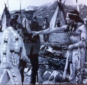 """Gojko als Häuptling Wakadeh (r.) mit Pierre Brice als Winnetou und Stewart Granger als Odl Shatterhand in """"Unter"""