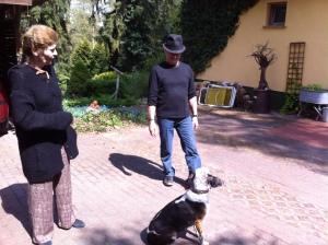Hündin Lotte sitzt brav vor Frauchen Sigrid Göhler und schaut, was Herrchen will