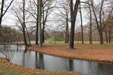 Blick auf den Tumulus, die Seepyramide, die sich Fürst Pückler als Grabstätte erbauen ließ