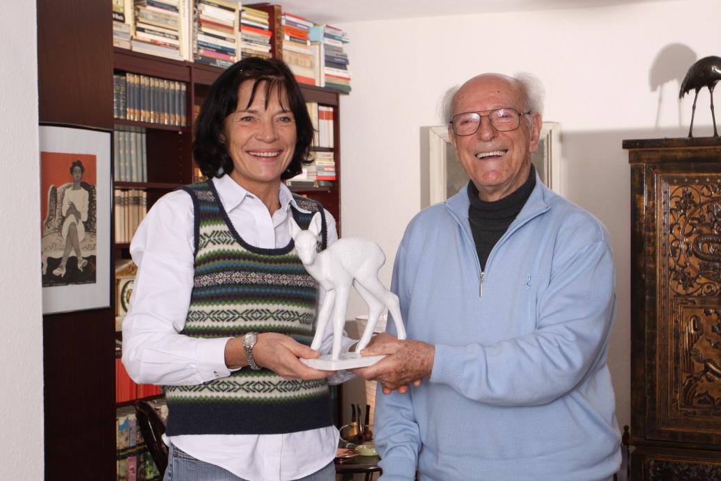 Nach 60 Jahren  darf ich ihm im Dezember 2008 eine Kopie seines ersten Bambis, das zerbrochen ist, seinem Haus in Wildkuhl überreichen.     Foto: Boris Trenkel