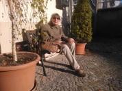 Waltraut Pathenheimer hinter ihrem Haus 2013