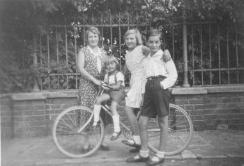 Lutz J. als Kind auf Fahrrad