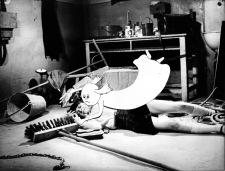 Carola kämpft im Schulkeller in ihrer Gestalt als Gespenst mit Buh um Frl. Prohaskas Handspiegel ©DEFA-Stiftung Siegfried Skodula